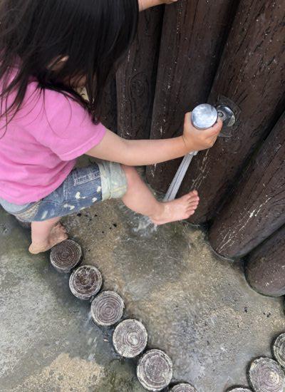 足を洗う娘