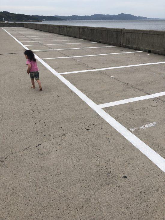 駐車場を裸足で歩く娘