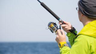 ルアーフィッシングをする釣り人