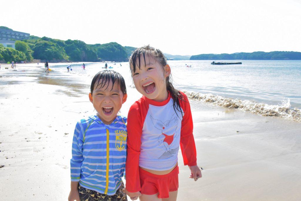 浜辺で海水浴を楽しむ子供