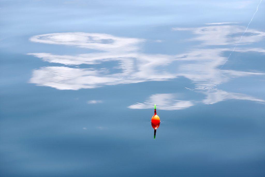 水面に浮かぶウキ