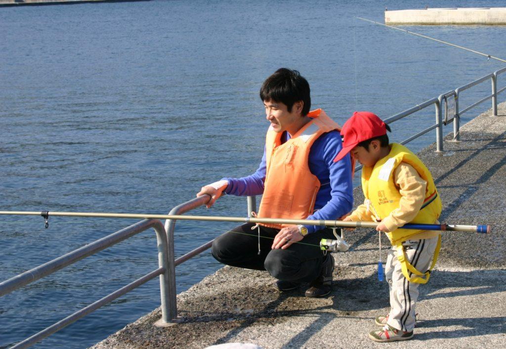 親子で釣りをする2人