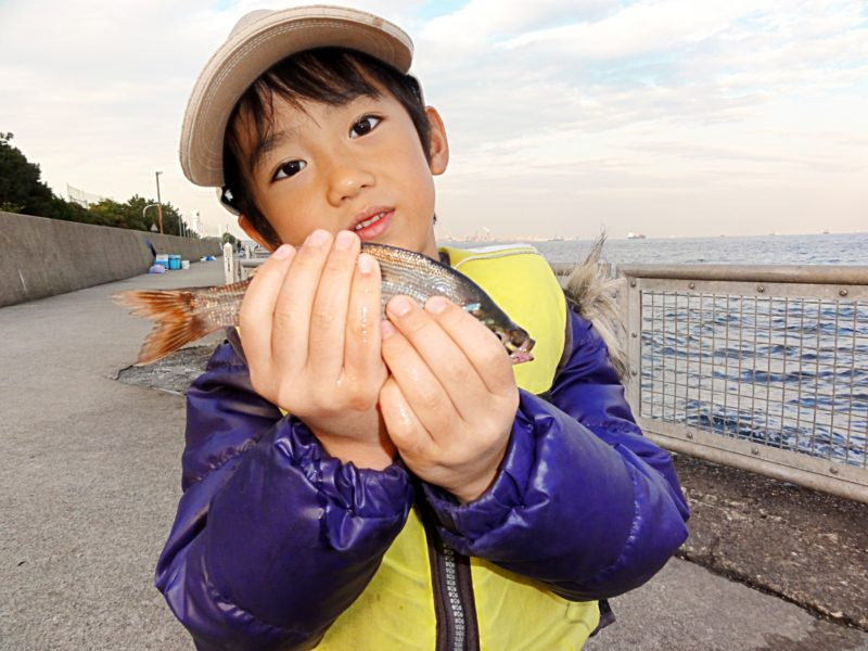 魚を持った少年